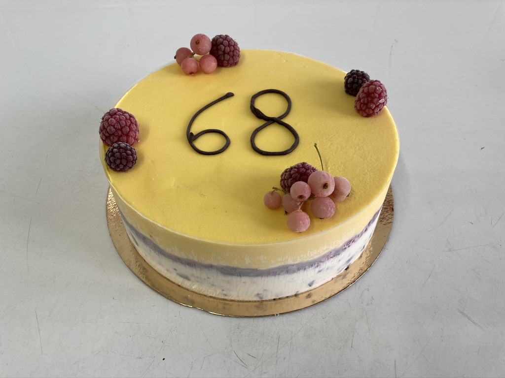 IJstaart straciatella - mango, frambozen rondom, fruit bovenop en opschrift '68' met chocolade.