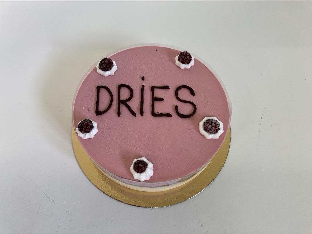 IJstaart vanille - framboos, frambozen rondom en bovenop en opschrift 'Dries' met chocolade.