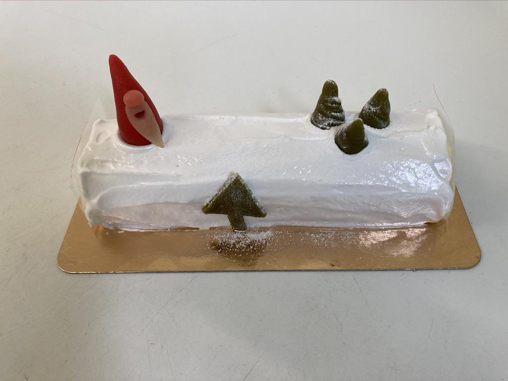 IJsbûche vanille - framboos, meringue rondom en kerstdecoratie in marsepein bovenop.