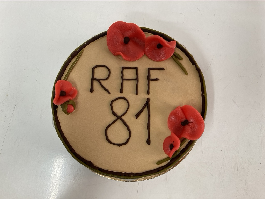 IJstaart vanille - mokka, chocolade afwerking rondom, klaprozen in marsepein bovenop en opschrift 'Raf 81' met chocolade.