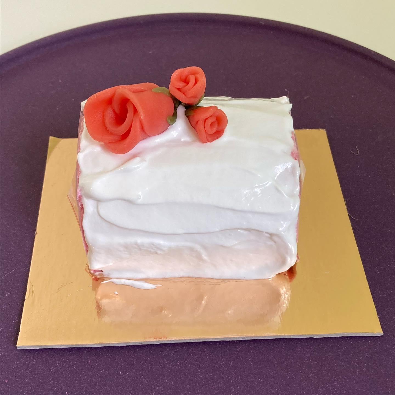 IJsbûche vanille - aardbei met méringue en bloemen uit marsepein