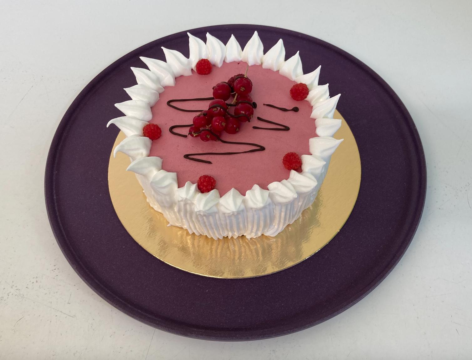 IJstaart met vanille en framboos, afgewerkt met meringue en rood fruit