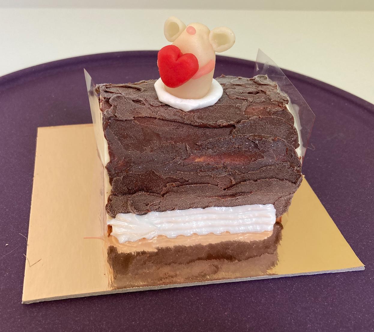 Mini bûche vanille - chocolade met ganache en Valentijnversiering.